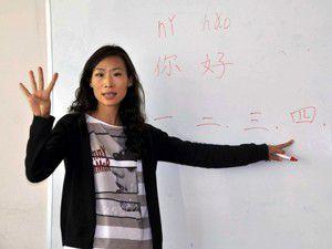 Çince dersi veriyor