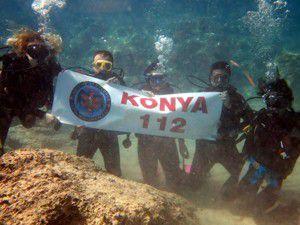 Konya 112 ekipleri su altında Türk bayrağı açtı