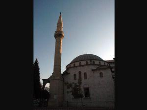 Bir caminin minaresinde hasar meydana geldi