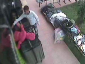 Tek kollu hırsız güvenlik kamerasına yakalandı