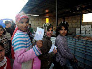 Çadırda kalan Suriyelilere yemek dağıtılıyor