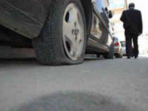 Beyşehirde otomobillerin lastiklerini kestiler