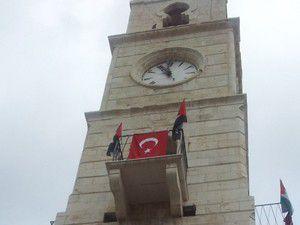25. yıldönümünde yapılan 100 saat kulesinden biri