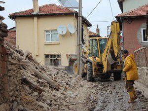 Beyşehirde tehlike saçan ev yıkıldı