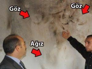 400 Yangın Çıkan Evin Duvarında Korkunç Yüz Silueti