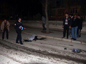 Otomobilin çarptığı anne öldü, kızı ağır yaralandı