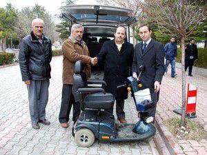 İş adamından, engelli vatandaşa akülü araç