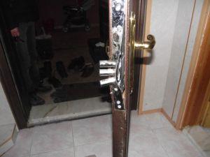 Çelik kapıların kilitlerini patlattılar