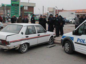 Polis otomobile arkadan çarparak durdurdu