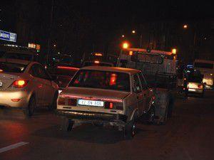 Alkollü sürücü yol ortasında aracında uyuya kaldı