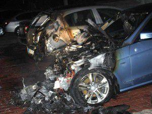 Park halindeki iki otomobil yandı