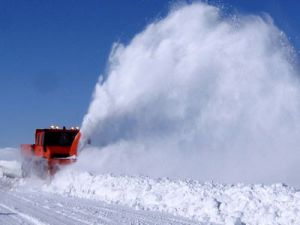 Kar ve tipi araçlara geçit vermiyor!