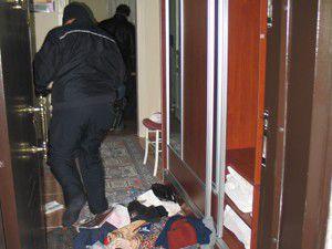Polis memuru eve merdivenle tırmanarak girdi