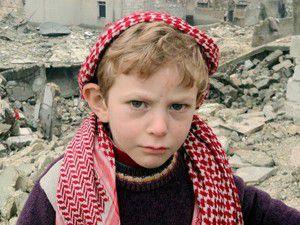 Beton yığınları içerisinde ailesini arıyor