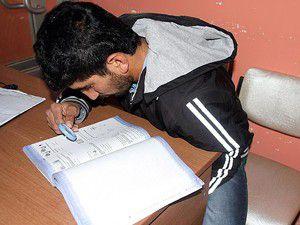Sınava büyüteçle hazırlanıyor