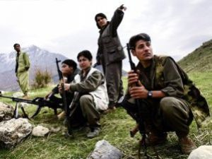 Bir grup PKKlı silah bırakıyor