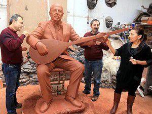 Neşet Ertaşın heykeli İzmirde