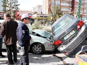 Otomobil kırılan ağaçta asılı kaldı
