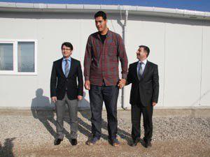 Suriyeli dev adama özel kıyafet
