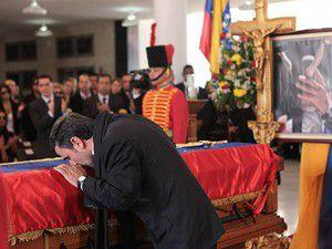 Ahmedinejadtan Chaveze veda öpücüğü