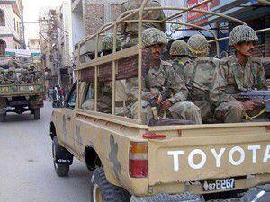Pakistanda askerleri taşıyan otobüs devrildi