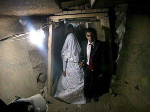 Giriş izni alamayınca tünelden geçerek evlendiler