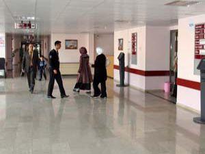 Bu hastanede hastalar değil doktorlar sıra bekliyor