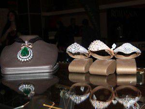 Düğün festivalinde pahalı takılar göz kamaştırıyor
