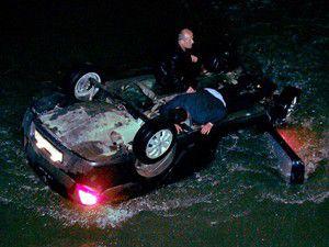 Otomobil nehre uçtu