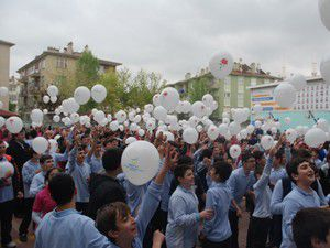 Bin tane balonu gökyüzüne bıraktılar