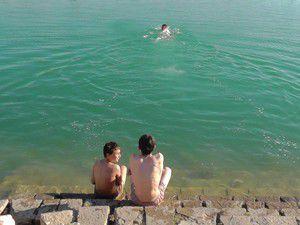 Beyşehirde çocuklar yüzme sezonunu açtı