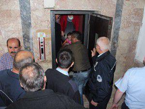 Asansörde mahsur kalanlar kurtarıldı
