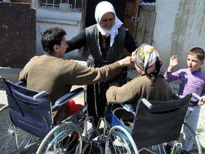 Elveda anne, kızlarını biberonla besliyor