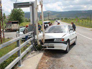 Otomobil, köprünün demir korkuluklarına çarptı