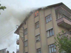 Apartmanın çatı katına yıldırım düştü