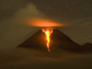 Pavlof yanardağı kül püskürtüyor