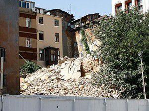 Beyoğlunda 7 katlı metruk bina çöktü