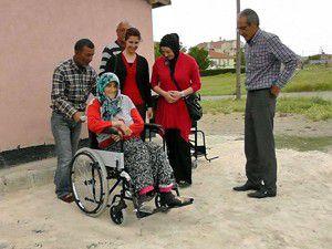 Felçli annenin tekerlekli sandalye sevinci