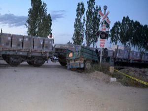 Yük treni ile tarım makinası çarpıştı
