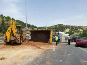 Ankara yolunda devrilen kamyon trafiği kiltledi