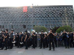 Polis, Atatürk Anıtı ile AKMdeki flamaları kaldırdı