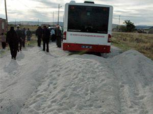 Belediye otobüsü kum yığınına çarptı
