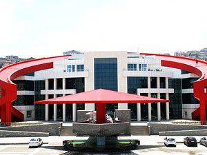 Türk bayrağı şeklindeki bina