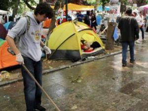 Gezi Parkından ayrılmak isteyene engel oluyorlar