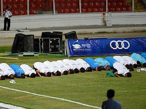 Libyalı futbolculardan maç öncesi namaz