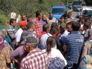 Köylüler yolu trafiğe kapattı