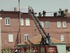 Kuluda 3 katlı binanın çatısı yandı