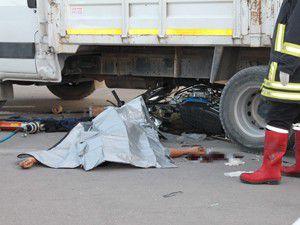 Motosiklet sürücüsü kamyonun altında kaldı