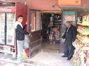 4 bin liralık sigara ve gıda malzemesini çaldılar