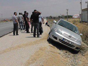Otomobil şarampole yan yattı